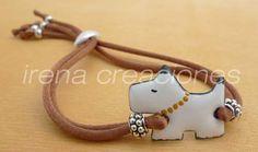 Pulsera perrito realizado en esmalte sobre cobre, con cordón de cola de ratón ajustable y abalorios de zamak