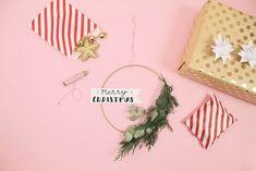 Weihnachtsdeko selbermachen: Eukalyptus-Kranz mit weihnachtlichem Handlettering basteln Merry Christmas, Christmas Ornaments, Minecraft, Map, Holiday Decor, Blog, Floral Wreath, Pretty Pictures, Invitations