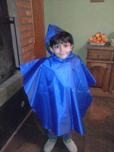 Las damas están confeccionando capas de lluvia para los alumnos de nuestras Escuelas de Frontera.