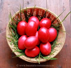 Oua vopsite de Paste  uova dipinte di pasqua Romania, Easter Eggs, Vegetables, Recipes, Colour Red, Rouge, Colors, Food Recipes, Vegetable Recipes