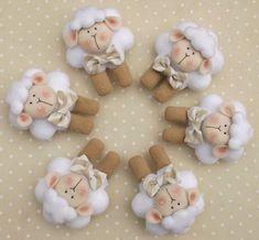 Carneirinho em feltro com 8 cm, tanto pode ser feito como chaveiro, sachê, bichinho para lembrancinha ou peça decorativa. Pode ser feito em outras cores, consulte-nos! * Pedido mínimo 12 unidades* ** Prazo de até 30 dias úteis, para encomendas de até 40 unidades, para maiores quantidades, c... Sheep Crafts, Felt Crafts, Baby Shower Themes, Baby Boy Shower, Sewing Projects, Projects To Try, Baby Sheep, Felt Templates, Happy Eid
