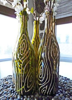 22 Fabulous DIY Vase Ideas to Hold your Favorite Flowers with Style Recycled Glass Bottles, Glass Bottle Crafts, Wine Bottle Art, Painted Wine Bottles, Diy Bottle, Empty Bottles, Mosaic Bottles, Bottle Painting, Flower Vases