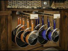 Panelas penduradas são mais fáceis de se pegar do que panelas ou quaisquer outros utensílios empilhados, pois para pegar a peça escolhida não é preciso tirar todas as outras de cima
