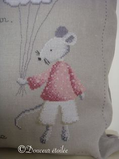 * * * Un petit poème .... * * * Dame souris accompagne une petite miss, plus si petite .... ... Petite Miss, Couture, Cross Stitch Embroidery, Dame, Hello Kitty, Snoopy, Nursery, Sewing, Knitting