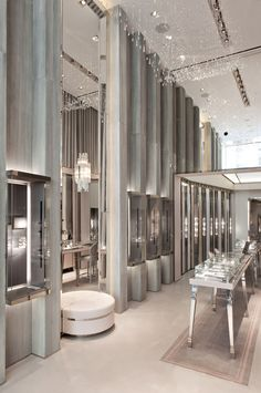 Messika's flagship store – 259 rue Saint Jewellery Shop Design, Jewellery Showroom, Jewellery Display, Jewelry Shop, Jewelry Stores, Fine Jewelry, Jewelry Companies, Glass Jewelry, Rue Saint Honoré