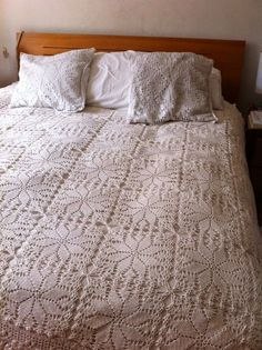colchas o cubre cama a crochet punto pina ile ilgili görsel sonucu Thread Crochet, Filet Crochet, Crochet Motif, Crochet Designs, Crochet Doilies, Crochet Hooks, Crochet Patterns, Crochet Ripple Afghan, Crochet Bedspread Pattern