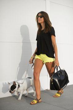 pantalon amarillo (de blanco) & camiseta negra - Alexandra