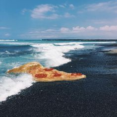 "Brock Davis (@brockdavis) sur Instagram : ""big pizza on beach - been painting on my Hawaii iphone pics with the #applepencil -  mainly food…"""