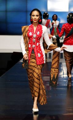 Cant get more traditional than this! Batik Kebaya, Kebaya Dress, Batik Dress, Vera Kebaya, Modern Hijab Fashion, Batik Fashion, Ethnic Fashion, Kebaya Jawa, Dress Muslim Modern