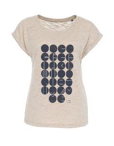 Das Sports Deluxe Alphabet auf einem sommerlichen Leinen-T-Shirt.