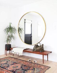 miroir entrée, tapis oriental, banquette et grand miroir rond