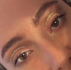 gold graphic eye, glow, highlight, contour, strobe, strobing, no makeup makeup, gold highlight, minimalist makeup, editorial makeup, brushed up brows