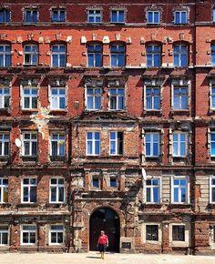 Red #wroclove #wroclovers #wroclaw #wrocław #polska #poland #minimalpeople #building_shotz #minimal_perfection #accidentallywesanderson #mrwroclover #nadodrze