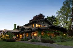 Dreaming Up a Craftsman in Portland, Oregon. A 1914 Craftsman house is restored with sensitivity. Craftsman Exterior, Craftsman Style Homes, Craftsman Bungalows, Craftsman House Plans, Exterior Homes, Exterior Design, Portland House, Oregon House, Portland Oregon