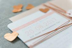 Ein Traum in Rose und Apricot  -  eine tolle Inspiration für eine sommerliche Hochzeit. Papeterie von farbgold www,farbgold-design.de   Planung und Fotos von Der Rothe Faden