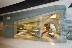 Zaha Hadid a terminé une boutique à Hong Kong, pour Stuart Weitzman. Il s'agit du 2ème magasin de la marque de chaussures conçu par Zaha Hadid. Situé à l'IFC Mall, le magasin possède toutes les caractéristiques propres à l'architecture de Zaha Hadid. De longue courbes, des formes rondes et une ouverte de l'espace grâce à d'immenses murs en verre. Des magasins similaires s'ouvriront à Londres et à Pékin au cours de l'année, et à travers l'Asie et le Moyen-Orient au cours des prochaines…