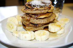 Ein Luxusfrühstück am Mittwochmorgen gab es bei Juli: stapelweise Pancakes mit Bananen. http://das-schoene-leben-von-juli.blogspot.de/2013/02/vegan-wednesday-6.html