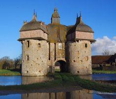 Du château ou manoir de la Saucerie ne subsiste plus qu'un imposant châtelet. Construit au 15°s, il est muni de nombreuses cannonnières à embrasures. Il est totalement autonome, tous ses accès, y compris vers l'intérieur, étant défendus par des pont-levis. Sa toiture très originale date probablement du 17°s. Le chateau doit son nom à son I° propriétaire qui était saucier de la reine Aliénor d'Aquitaine.