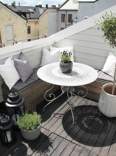 wunderschöner kleiner Balkon mit rundem Tisch und Eckbank