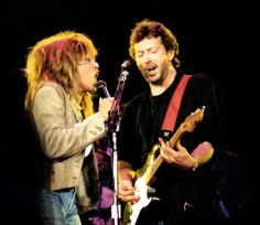 Вокал и гитара. Тина Тёрнер и Эрик Клэптон жгут на стадионе Уэмбли. Великобритания. 18.06.1987.