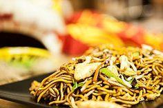 Chinesisch gebratene Nudeln mit Hühnchenfleisch, Ei und Gemüse, ein raffiniertes Rezept aus der Kategorie Studentenküche. Bewertungen: 215. Durchschnitt: Ø 4,5.