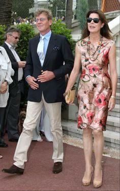 Carolina con un precioso vestido estampado con collares a juego y zapatos y bolso nude.