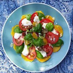 Zomerse salade, perfect als lunch of avondmaal! Op basis van tomaat, mozzarella, basilicum, Parmezaanse kaas, sinaasappel, enz...