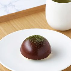 Hospitality ♪ glossy and chocolate covered Matcha Mousse - Tusem Çevlik - - Hospitality ♪ glossy and chocolate covered Matcha Mousse - Tusem Çevlik Delicious Desserts, Dessert Recipes, Yummy Food, Asian Desserts, Diy Food, Food Videos, Love Food, Sweet Recipes, Food To Make
