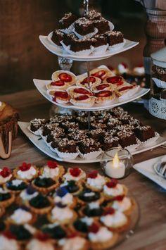 10 ideas para la mesa de dulces de tu boda. #Matrimoniocompe #Organizaciondebodas #Matrimonio #Novios #TipsNupciales #CaminoAlAltar #MatriPeru #BodaPeru #DecoracionDeMatrimonio #DecoracionConFloresParaBodas #MesaDeDulces #CandyBar #WeddingCandyBar #MesaDeDulcesBoda #DulcesMatrimonio 15th Birthday, Bar, Waffles, Christmas Foods, Candy, Breakfast, Instagram, Wedding, Candy Stations
