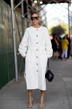 36e93f2b9 On the street at New York Fashion Week. Photo  Imaxtree สไตล์แฟชั่น