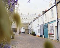 Here are the prettiest and the very best London mews streets you'll want to wander along. Dream house inspiration, here we come! London In 2 Days, Holland, Kensington, Mews House, London Places, Like A Local, London Street, Urban Landscape, London England