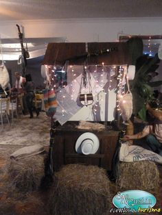 Estación de Bienvenida Fonda Paisa, Ants, Horse Birthday Parties, Dressing Table Decor, Mexican Fiesta, Beads, Ant