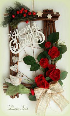 Fuoriporta con rose di pannolenci by Laura Tosi www.facebook.com/fattoconamorelaura #christmas #natale #handmade #lovehandmade #fuoriporta #felt #roses #pannolenci