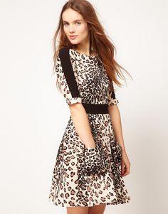 http://d-shopping.net/gh3v Vestido casual con estampado animal de Warehouse