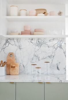 Home Remodeling Traditional Sarah Sherman Samuel:Moore Residence Kitchen Tour Küchen Design, Home Design, Design Ideas, Moore Kitchen, Kitchen Countertop Materials, Marble Kitchen Countertops, Kitchen Backsplash Design, White Marble Kitchen, Laminate Countertops