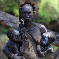 20 красивих фотографій жінок, що годують грудьми в світі African History, African Culture, African Women, African Tribes, African Beauty, Mothers Love, Our World, Beautiful Children, Tribal Women