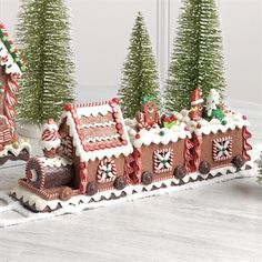 Indoor Christmas Decorations - Christmas Home Decor Gingerbread Train, Gingerbread Christmas Decor, Gingerbread House Designs, Gingerbread Village, Christmas Desserts, Christmas Treats, Christmas Baking, Gingerbread Cookies, Christmas Cookies