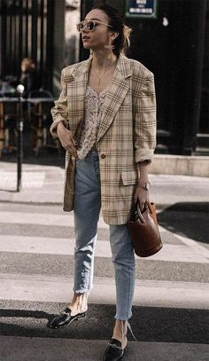 There's something so effortless yet put-together about throwing on an oversized blazer. Whether you're wearing it with jeans for the weekend or pants for the office, sizing up in your favourite blazer is an easy… View Post Style Blazer, Plaid Blazer, Oversized Blazer, Casual Blazer, Look Fashion, Retro Fashion, Autumn Fashion, Fashion 101, Fashion Quotes