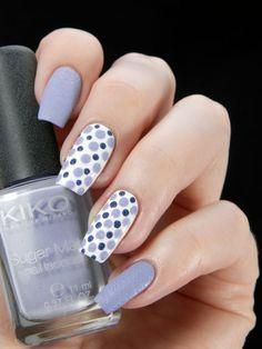 Uñas decoradas en color morado con puntos blancos y azules