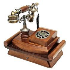 Telefone em estilo antigo, com estrutura em madeira. Me..