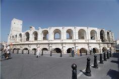 """Entre les platanes du boulevard des Lices et les eaux tumultueuses du Rhône, Arles dévoile ses richesses à chaque coin de rue : arènes, théâtre antique, cryptoportiques, thermes, nécropole... Pour les membres de l'Unesco, elle constitue """"un exemple intéressant d'adaptation d'une cité antique à la civilisation de l'Europe médiévale"""", ce qui lui vaut d'être classée au patrimoine mondial depuis 1981."""
