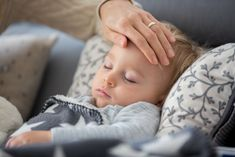 Krupphusten refers to a dry cough that affects children especially at night. Here you will learn how the cough develops and what helps against it. Leiden, Emergency Doctor, Croup, Middle Ear, People Smoking, Dry Cough, Online Magazine, Emergency Department, Health Education