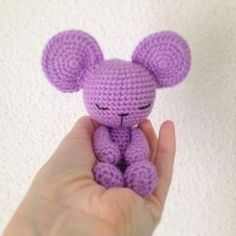 Sweet sleepy mouse - free crochet pattern in English and Spanish at Handmade-happy con Olgamigurumi Crochet Gratis, Crochet Amigurumi Free Patterns, Free Crochet, Crochet Mouse, Crochet Dolls, Doll Patterns, Craft Patterns, Crochet Decoration, Stuffed Toys Patterns