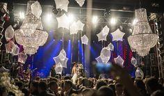 Pista de dança com lustres de cristal e bexigas deram destaque na decoração! Veja mais: www.yeswedding.com.br/pt/casamentos/festa-especial