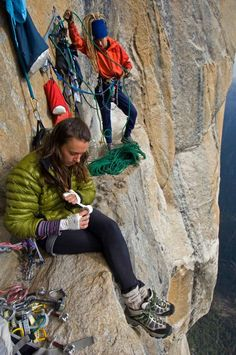 house-under-a-rock:  Steph Davis taping up   Freeing Salathe in a day photo: Jimmy Chin  Steph davis=super human!