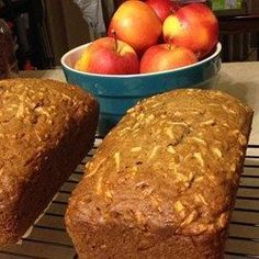 Warm sweet apple bread is perfect for breakfast or for a snack. Breakfast Bread Recipes, Apple Breakfast, Breakfast For Kids, Apple Recipes, Cake Recipes, Cooking Pork Roast, Cooking Beets, Cooking Oil, Bread Pudding With Apples