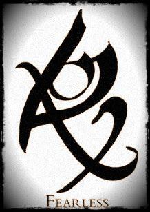 Impertérrito o Sin miedo: Esta es la runa Sin miedo creada por Clary en Ciudad de Cenizas, que fue probada por primera vez en Alec, cuando casi le dice a sus padres sobre su interés por Magnus. Uno de los más grandes temores de Alec y la runa le permitió no tener miedo para nada.