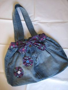 ANDYAAF: Diferentes manualidades con jeans [Different crafts with jeans] (another way to make the bag look feminine. Also appears that the zip has been removed - lays flat nicely) Denim Bags From Jeans, Denim Tote Bags, Denim Purse, Jeans Denim, Jeans Pants, Jean Purses, Purses And Bags, Sewing Jeans, Denim Crafts
