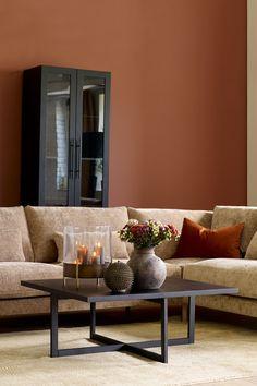 Her er veggen malt i en smakfull brun tone som heter Kanel FR1329, som gir en spennende dybde i rommet. Fargen er perfekt hvis du ønsker en ledig og fri stil. #stue#Veggfarge#Kanel#Teppe#Kansas#honninggul# #Pledd#Hødnebø#Sofabord#Bord#Noir #Møbelringen#Gardiner#Pagunette#Pagulight# #Bordlampe#Light&Living#Interiør#Småbord#Møbelringen#gulv#lys#eik#skap#sofa#beige#puter#krukke#inspirasjon#inspiration#ideer#livingroom#farge#maling#Fargerike Vase, Furniture, Home Decor, Rome, Decoration Home, Room Decor, Home Furnishings, Vases, Home Interior Design