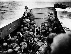 Une barge de débarquement américaine se dirige vers les plages de Normandie, le 6 juin 1944